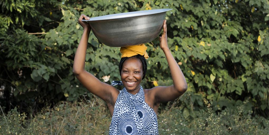 malawian woman carrying water